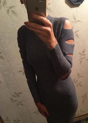 Стильное трикотажное платье с прорезями на рукавах