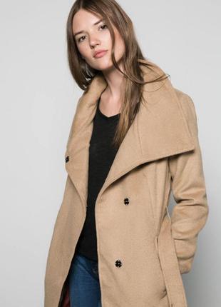 Бежевое демисезонное пальто с поясом на талии bershka