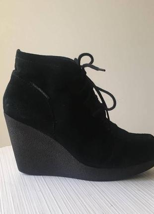 Ботинки calvin klein, замшевые,черные, на танкетке
