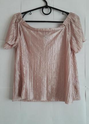 Нежная пудровая гофрированная блуза с опущенными плечиками