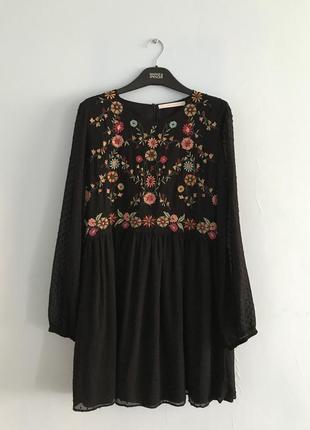 Черное платье с вышивкой zara