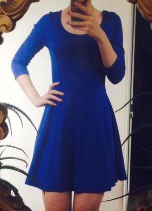 Синее платье с расклешенным низом