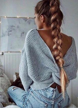 Стильный вязанный свитер серый