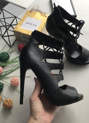 Роскошьные босоножки с шнуровкой  на высоком каблуке