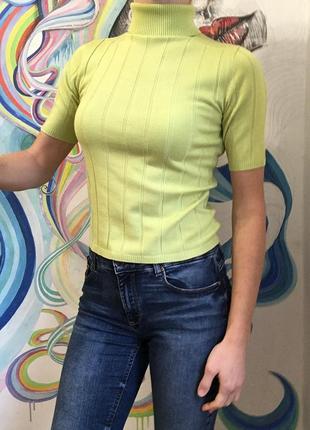 Пуловер желто-зеленого цвета с высоким воротом и коротким рукавом от sela basic