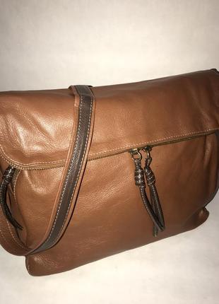 Италия! кожаная , практичная , объемная сумка на/ через плечо russell & bromley.