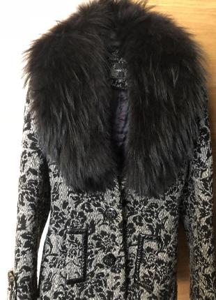 Шерстяное пальто с воротником из натурального меха енота