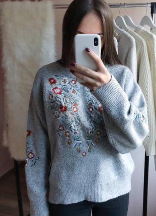 Красивый свитер с узорами в цветы