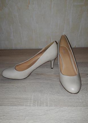 Бежевые классические туфли graceland