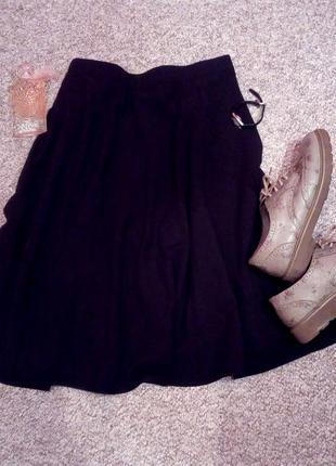 Черная свободная юбка по колено