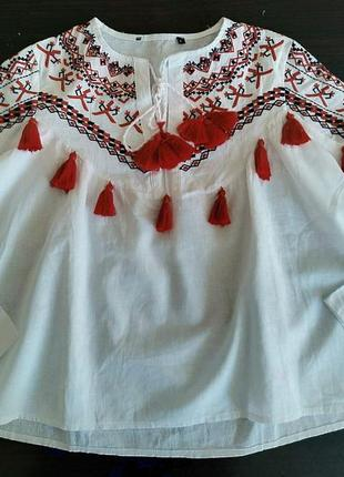 Вышиванка с красными кисточками