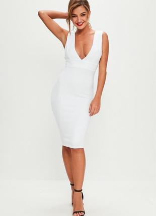 Белое нарядное  платье-футляр с глубоким вырезом
