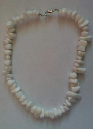 Бусы из крупных камней белого агата