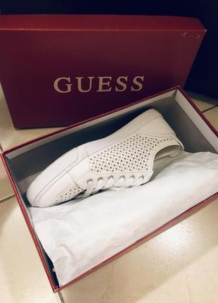 Белые кожаные перфорированные кроссовки guess