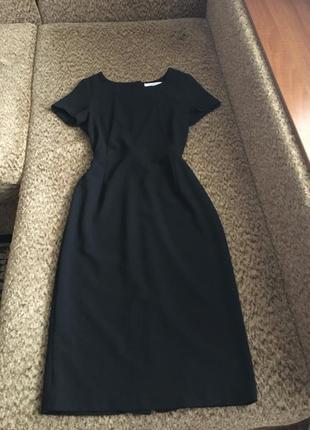 Чёрное платье футляр из плотной ткани