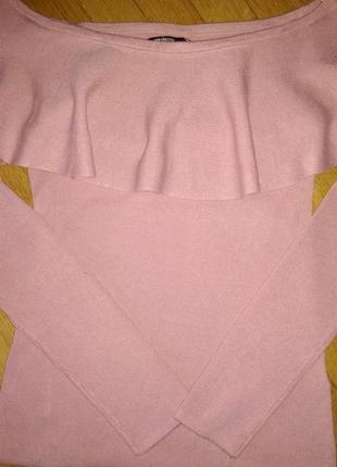 Очень нежный потрясающий свитерок на плечах