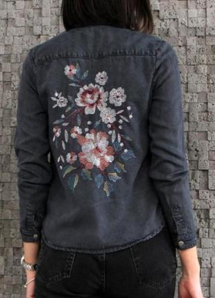 Очень красивая джинсовая рубашка с вышивкой