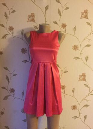 Платье футляр из плотного атласа цвета фуксия от amisu.