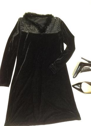 Красивое бархатное платье с меховым воротником