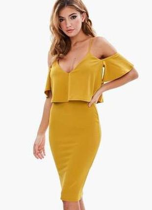 Креповое платье-футляр с открытыми плечами и оборкой