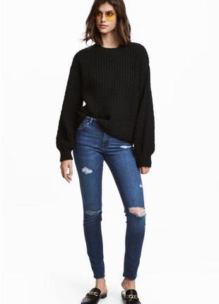 Трендовые джинсы скинни на высокой посадке с рванными коленями