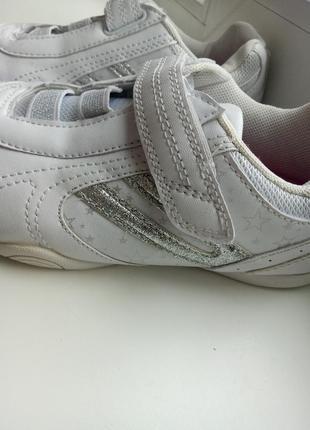 Белые кроссовки со звездами, на липучках