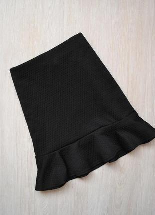 Мини юбка с оборкой на подоле фактурная ткань