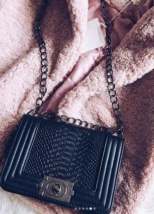 Маленькая сумочка на длинной цепочке
