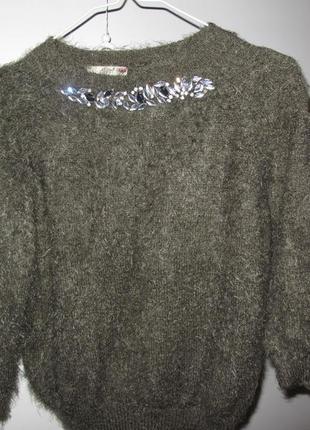 Пушистый свитер с украшением