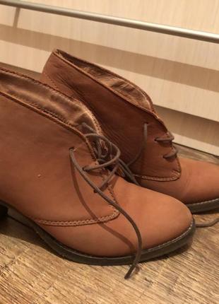 Кожаные ботинки на шнурках на каблуке 38р