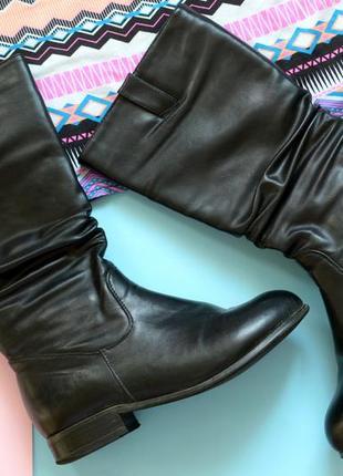 Стильные сапоги черного цвета на низком каблуке