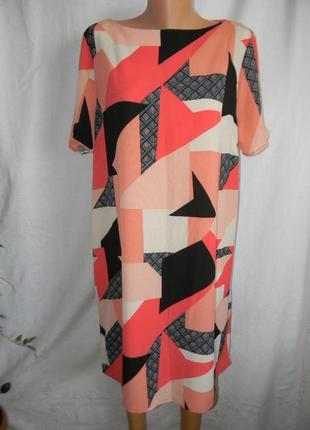 Платье прямого кроя с геометрическим принтом