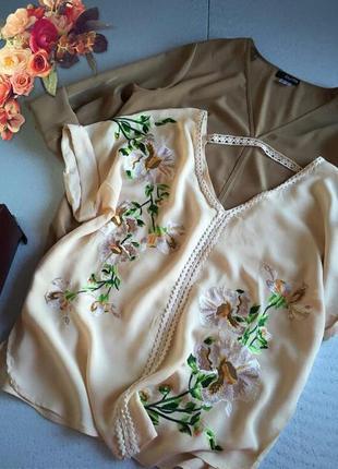 Трендовая блуза с цветочной вышивкой от atmosphere