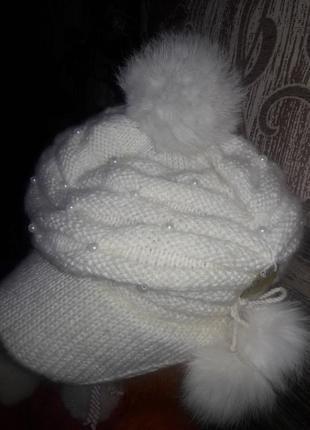 Оригинальная шапка с козырьком и бубонами