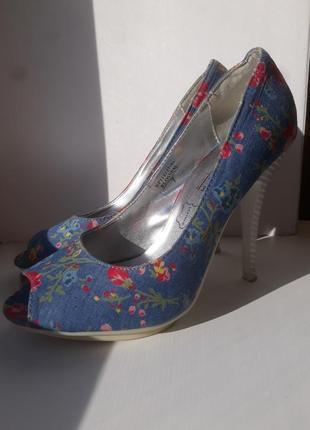 Красивые голубые туфли, цветочный принт
