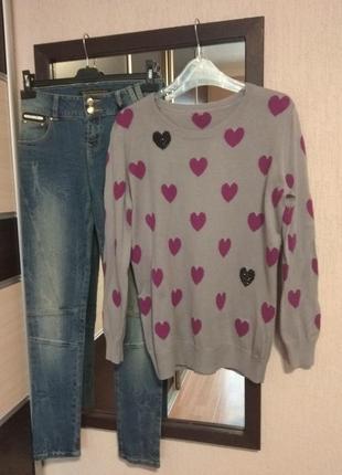 Красивый серый свитер с сердечками oasis