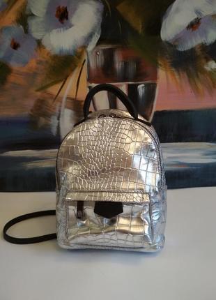 Маленький и стильный рюкзачок из натуральной кожи.
