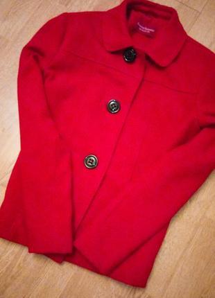 Красное полупальто фирменное на черных пуговицах базовое алое бордо повседневное
