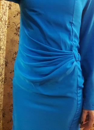 Эффектное элегантное платье с длинным рукавом.