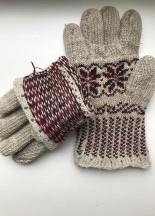 Вязаные шерстяные перчатки.