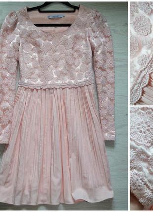 Нежное персиковое розовое платье с кружевом