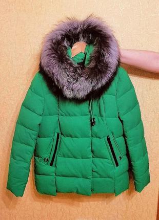 Стильный, тёплый зимний пуховик с натуральным мехом чернобурки. зелёного цвета