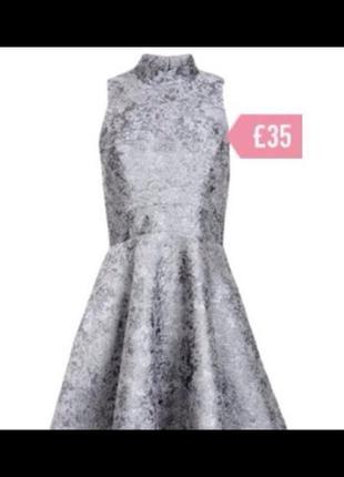 Серебристое платье с пышной юбкой из парчи