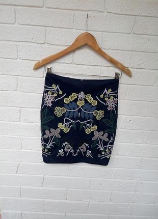 Трендовая юбка с вышивкой аппликацией под замш по фигуре