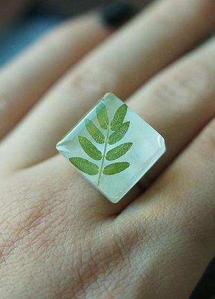 Кольцо с зелёным листиком