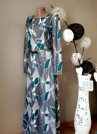 Невероятное платье в пол с абстрактным принтом.