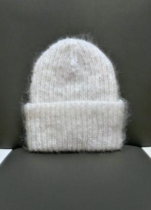 Белая вязаная шапка мохер