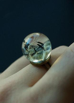 Кольцо-сфера с семенами одуванчика \ диаметр 15 мм