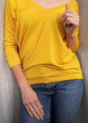 Яркий свитерок с интересной спинкой