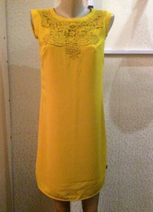 Платье с кружевом горчичного цвета